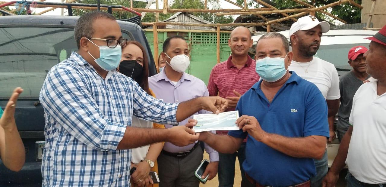 Alcalde dona su salario al Sindicato de Choferes Loma de Cabrera-Dajabón